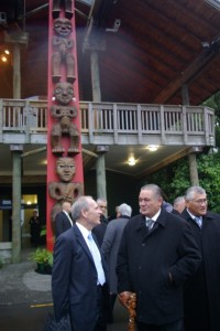 Mayor Len Brown and King Tuheiiti at unveiling, 2011