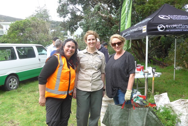Pam Gill from Ecomatters, Holly Cox from Bioseciruty, with neighbour Melanie Reid